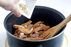 В подсолнечном масле обжарить кусочки курицы, отряхнув их от маринада. Слегка посолить и добавить сухой или свежий имбирь. Если берём свежий имбирь, его можно натереть на тёрке.