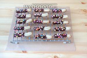 Выкладываем палочки в шоколаде на решётку и украшаем их кондитерской посыпкой. Отправляем в холодильник, чтобы шоколад схватился.