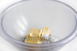 Мягкое масло растереть с сахарной пудрой до однородности. Добавить туда же ванильный сахар и щепотку соли.