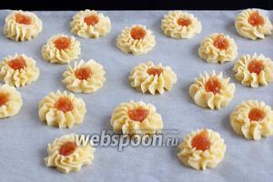 Углубление заполнить яблочным или другим повидлом. Выпекать печенье при 200°С около 12-14 минут. Из этого количества продуктов получается 18 штук печенья.