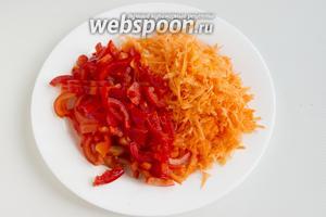 Морковь нужно натереть на крупной тёрке, перец — нарезать полосками.