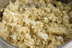 Мягкую, разваренную чечевицу можно измельчить в блендере или же просто размять вилкой. Соедините рис и чечевицу. Добавьте соль.