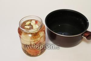 Уложить сало, переслаивая пряностями и чесноком. Залить охлаждённым рассолом.