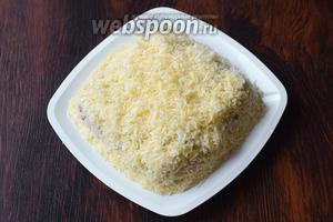Посыпаем равномерно салат натёртым сыром.