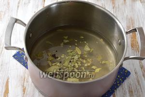 Соединить воду, сахар, соль, перцы горошком, лавровый лист. Тщательно размешать.