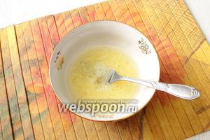 Размешиваем в воде яйцо, соль и масло.