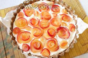 Яблочные дольки обмакиваем в сахар, заворачиваем дольки в розочки и ставим в пирог, слегка вдавливая в пудинговую начинку.