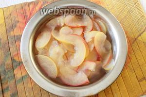 Воду с сахаром доводим до кипения, закладываем яблочные дольки и варим с момента закипания 3 минуты.