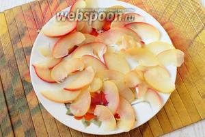 Выкладываем яблочные дольки на тарелку.