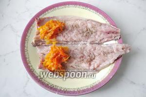 1 столовую ложку начинки выложить на филе скумбрии с широкой стороны.