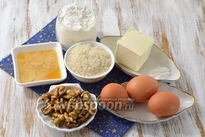 Для медово-орехового коржа нам понадобится сливочное масло, мёд, яйца, орехи, мука, сода, сахар.