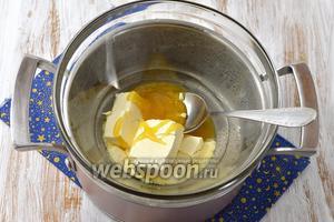 На водяной бане растопить сливочное масло, мёд и соду. Довести до кипения и проварить 1 минуту.