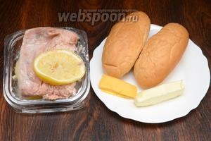 Для приготовления хот-дога с красной рыбой вам понадобятся булочки для хот-дога, масло сливочное, сыр и солёная красная рыба с лимоном.