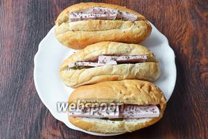 Посыпаем снова сушёной мятой. После разогреваем хот-доги и подаём на стол. Приятного аппетита!