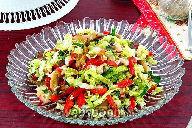 Фото Салат из овощей с вёшенкой и крабовыми палочками