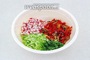 Соединить грибную массу с капустой, петрушкой и крабовыми палочками.