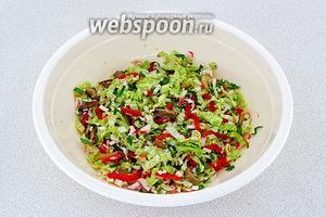 Полить смесь из грибов, овощей и крабовых палочек заправкой. Салат перемешать.