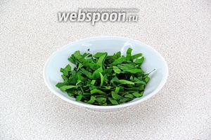 Зелень петрушки вымыть, обсушить и мелко нарезать.