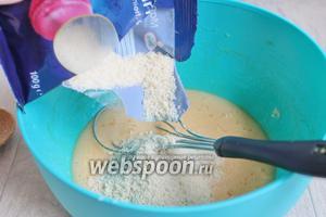Для второго теста берём растопленное масло, сахар и яйца. Всё смешиваем. Добавим миндальную крошку, разрыхлитель и муку.
