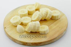 Очистите от кожуры бананы. Нарежьте небольшими кружочками.