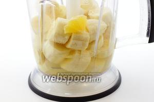 Лимон очистите от кожицы. В чашу блендера добавьте бананы, воду с мёдом, лимонный сок и лимон.