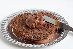 Пропитать каждый корж подготовленной пропиткой. Я не добавляла в неё сахар, шоколадный ликёр достаточно сладкий. Смазать коржи кремом, укладывая их друг на друга.