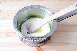 Вливаем в сотейник жирные сливки и, при постоянном помешивании, увариваем их в течение 7-8 минут.