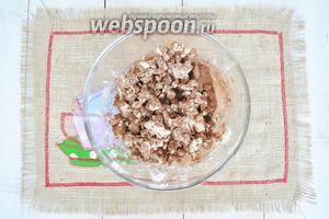 Приготовим песочную крошку. Масло с сахаром, какао и пряностями порубим ножом в миске.