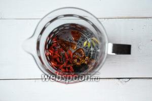 Сложить в заварочный чайник ягоды годжи, листовой чай, кардамон. Финики разрезать, каждый на несколько кусочков, и сложить в чайник.