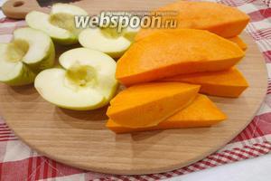Яблоки необходимо очистить от семенной части, с тыквы срезать толстую верхнюю кожуру и нарезать её средними кусками, шириной не более 2 см.