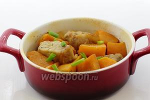 Тыква с мясом в духовке готова. По желанию посыпьте зеленью и подайте к столу. Приятного аппетита!