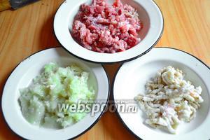 Мясо и сало крупно порежем, лук очистим и разрежем на четверти. Помелем всё на крупной мясорубке.
