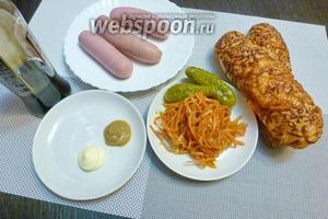 Для хот-догов возьмём булочки для бутербродов, молочные сосиски, острую морковку по-корейски, маринованные огурчики. Для соуса возьмём средне-острую горчицу, майонез и соевый соус.