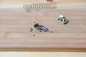 Когда сухофрукты будут готовы, можем заняться тестом. Я в тесто люблю добавлять свежесмолотые специи, поэтому сначала подготавливаю кардамон. Каждый бутончик необходимо раскрыть, а семена, которые находятся внутри, раскрошить в ступке или при помощи скалки.