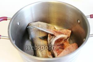 Рыбу сложить в кастрюлю, добавить коренья, залить водой наполовину и припустить под крышкой до мягкости. Бульон использовать для ухи — получается очень насыщенный, ароматный и вкусный бульон.