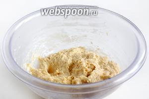 Подсыпать муку и ванильный сахар, размешать тесто ложкой. Смешивать до однородности. Тесто получается мягким и липким. Оставить его в тёплом месте, под полотенцем или плёнкой, подойти.