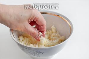 Приготовить посыпку. Для этого смешать твёрдое масло и сахар, перетереть руками. До использования держать в холодильнике.