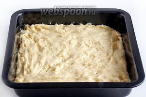Распределить тесто по форме влажными руками. Моя форма 20 см, но можно взять и 24 см, тогда пирог получится не очень высоким. Оставить тесто ещё на 20-30 минут подняться.