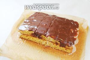 Покрыть поверхность шоколадной глазурью (шоколад растопить и смешать со сливками).