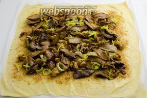Следующим слоем распределить подготовленные жареные грибы.