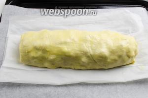 Выложить заготовку на противень. Поставить в горячую духовку. Запекать в течение 35-40 минут при температуре 180°C.