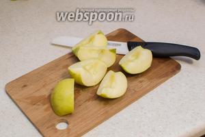 Яблоки порежьте на части.