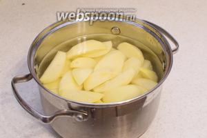 Теперь подготовьте гарнир к утке. Картофель почистите, разрежьте на 4 или 8 долек, если сильно большой клубень. Переложите в кастрюлю, залейте водой, накройте крышкой и поставьте на огонь, как закипит — посолите и откройте крышку и варите в кипящей воде при открытой крышки 2-3 минуты.