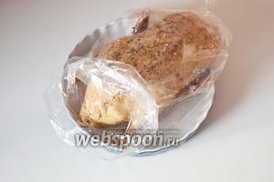 Во избежания выпадания яблок во время запекания, необходимо зашить брюшко нитью. Рукав завязать снова и отправить в духовку на 1 час при температуре 180°С.