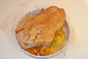 Снимаем с неё рукав и обильно смазываем подготовленным соусом (необходимо смешать в 1 посудине соевый соус, сметану и горчицу). И, уже без рукава, отправить утку обратно в духовку на 20-30 минут.