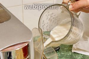 Вливаем, постепенно, молочное желе во взбитую белковую массу, включив комбайн на взбивание.