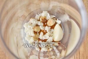 В стакане блендера соединить мякоть белого хлеба, чеснок, орехи.