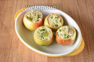 Нафаршировать яблоки рисом. Яблоки выложить в форму для запекания.