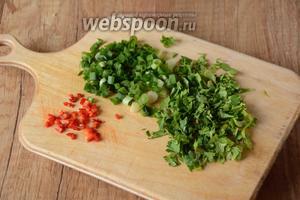 Петрушку, зелёный лук и острый перец измельчить.