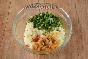 Добавить в рис измельчённую зелень, острый перец и креветки.
